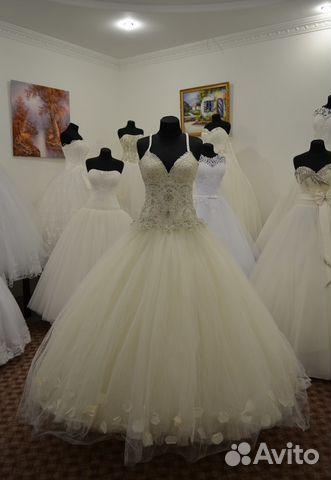 Свадебное платье в лепестках роз