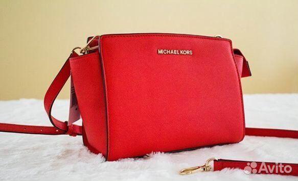 Маленькая сумка через плечо - символ изысканности и